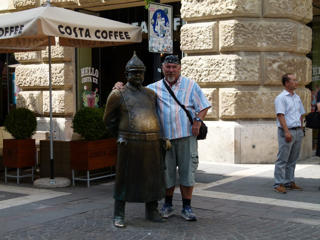 Ewout found a friend, a statue of a well fed Hungarian policeman from the early 1900's.