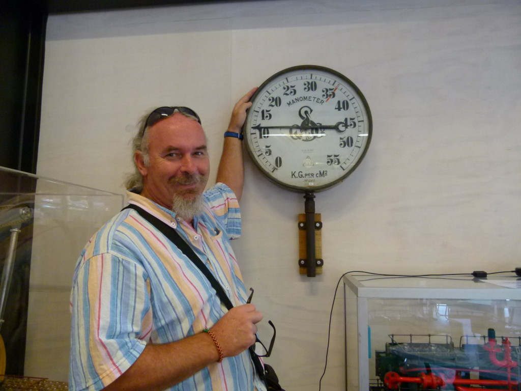 Ewout standing next to the manometer. If you look carefully on the dial thats what the name of the gauge is called. Ewout only rates a 12 out of 55 ???