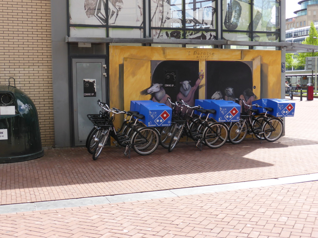 As we entered Dordrecht we saw the pizza delivery bikes. Its a good thing that Holland is all flat.
