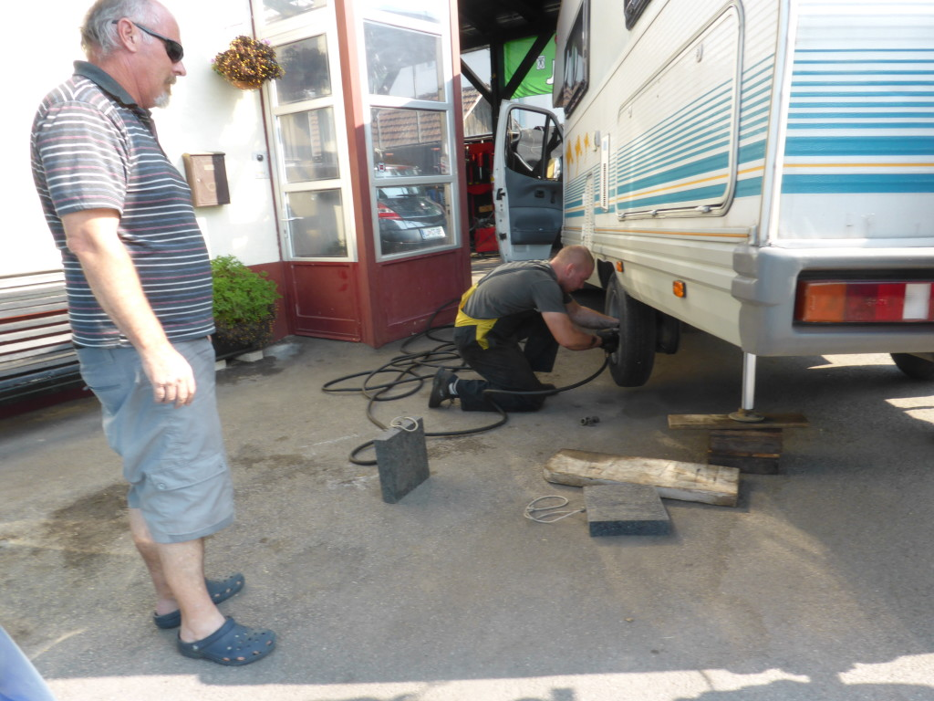 Good having the hydraulic legs it makes changing the tyres easy.