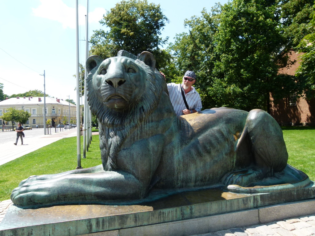 Ewout with the lion statue in the main square. The lion has a strange look on it's face!!